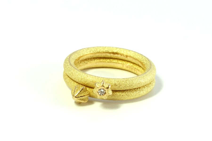 Ring-Gold-Oberflaeche-Brillant