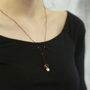 Kette Nylon, Turmaline und Safire, Goldplättchen mit Herz